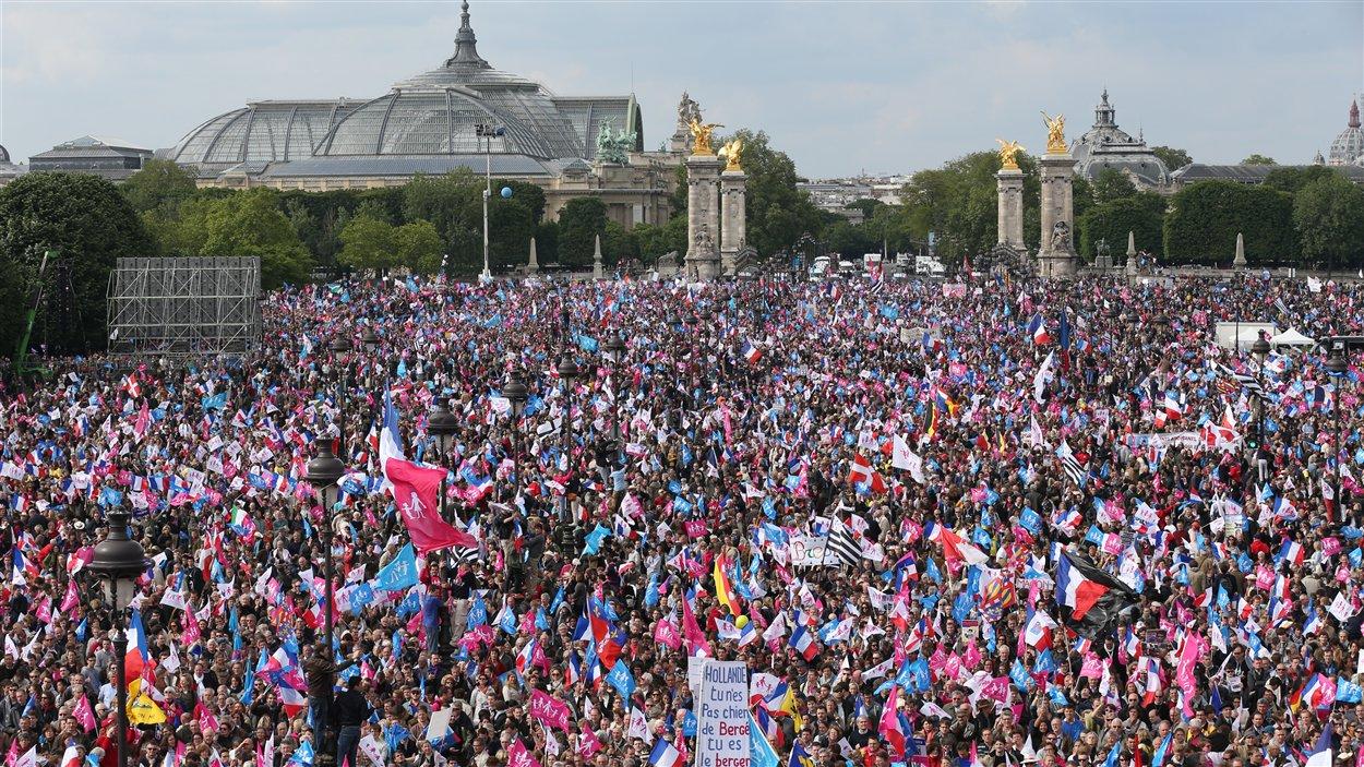 Des milliers de manifestants contre le mariage gai réunis le 26 mai à Paris, place des Invalides