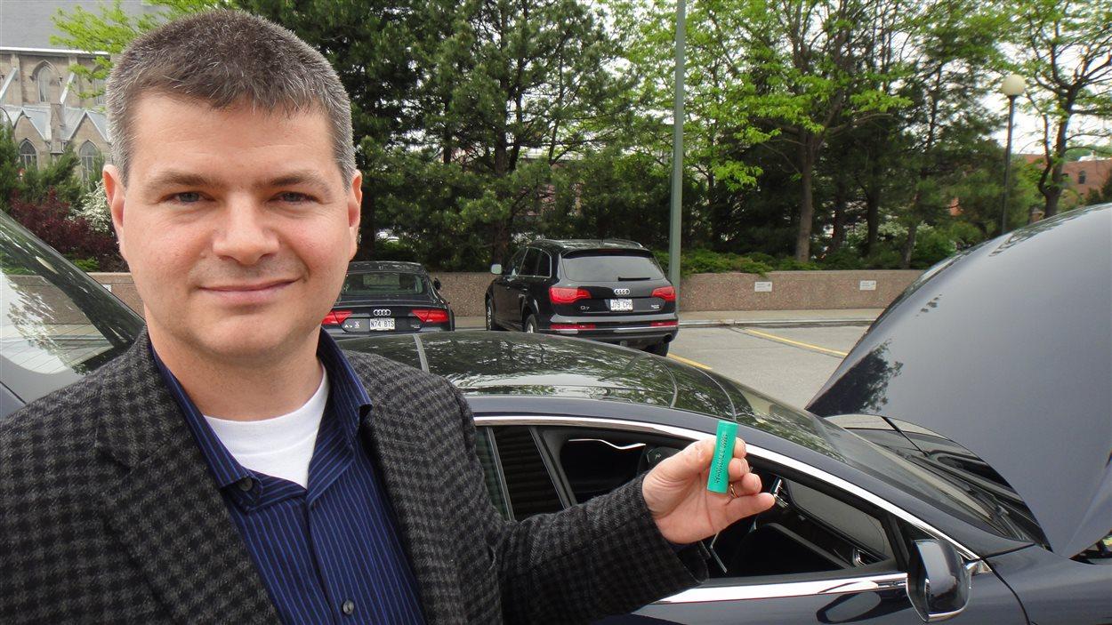 Le blogueur Sylvain Juteau tient l'une des nombreuses piles de la Tesla