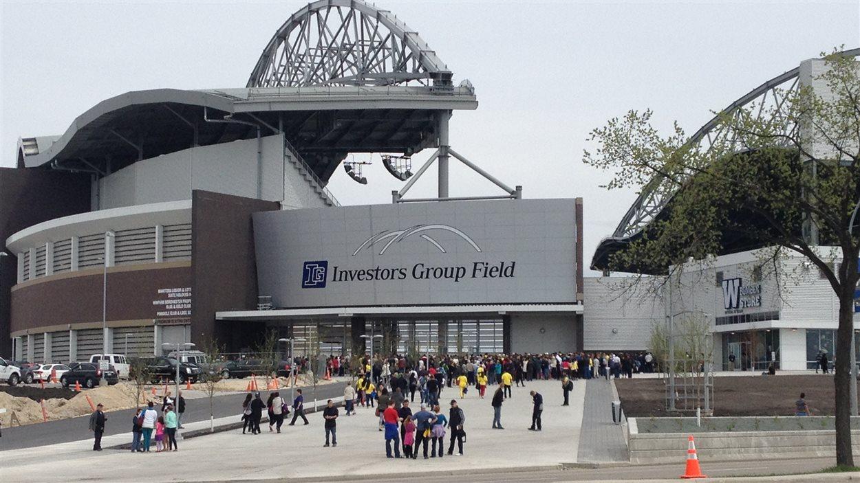 Des personnes affluent vers l'Investors Group Field le 26 mai 2013 à Winnipeg, pour l'événement One Heart, le premier événement devant public qu'accueille le stade.
