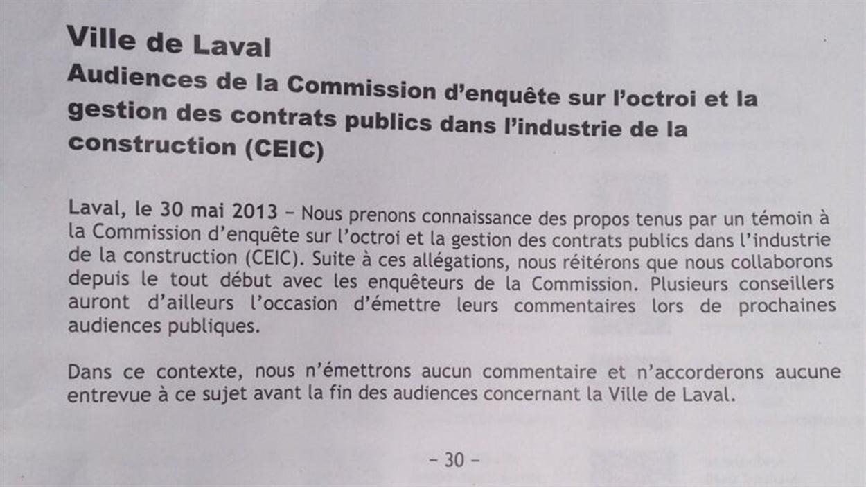 L'administration municipale de Laval a placardé ce communiqué de presse à l'extérieur de l'hôtel de ville.