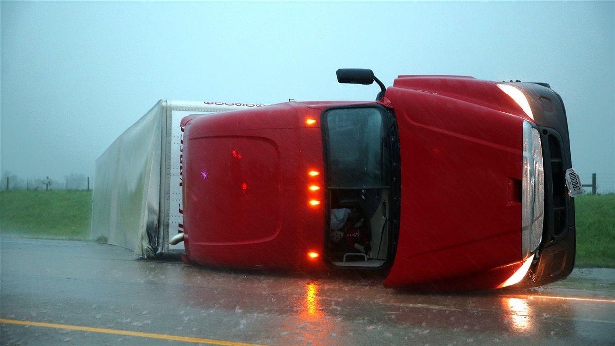 Un camion s'est renversé sur l'autoroute I-40, près d'El Reno, en Oklahoma.