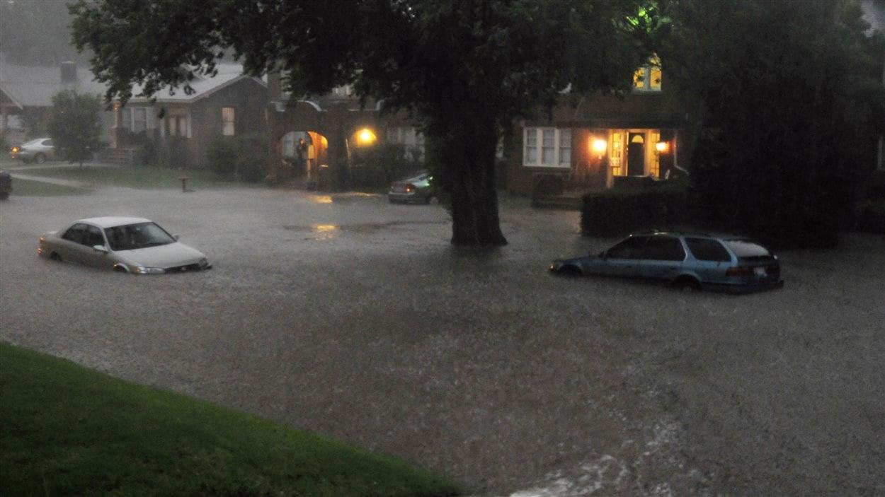 Le passage de plusieurs tornades a inondé certains quartiers d'Oklahoma City.