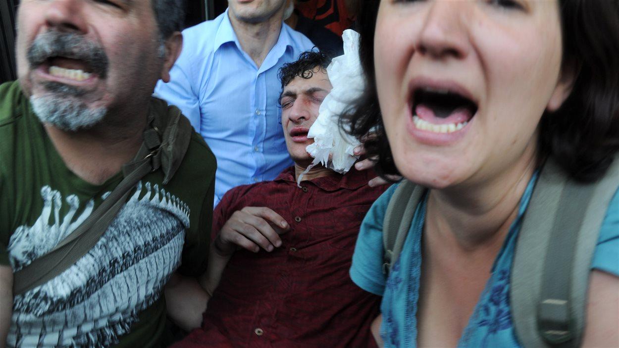 Un blessé porté par des manifestants.