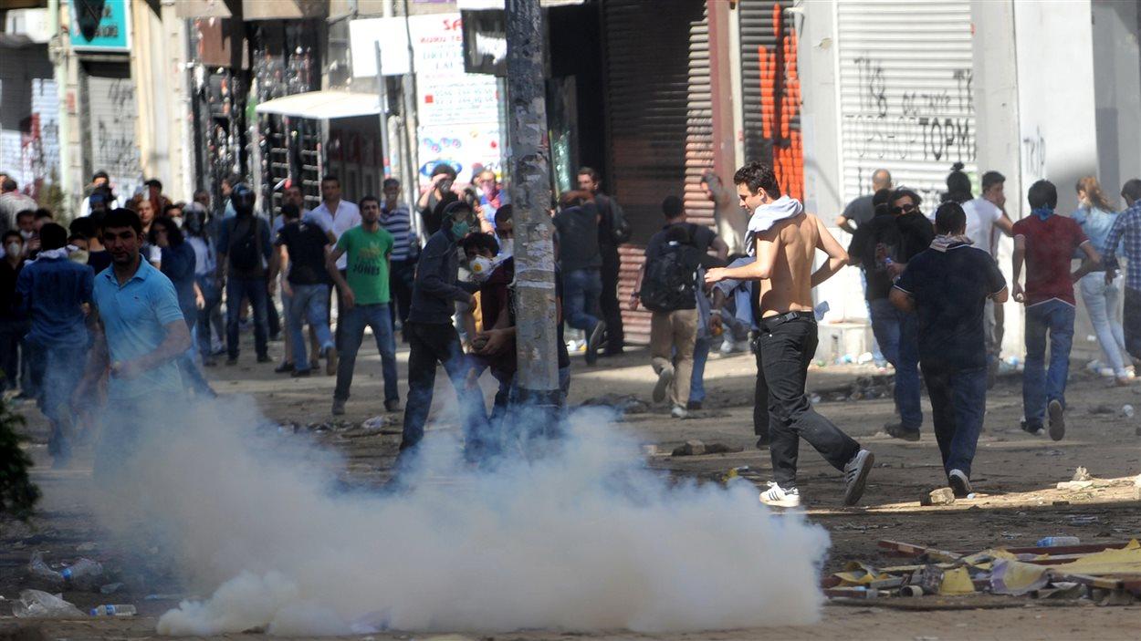 Manifestants et forces de l'ordre s'affrontent à Istanbul, le 1er juin.