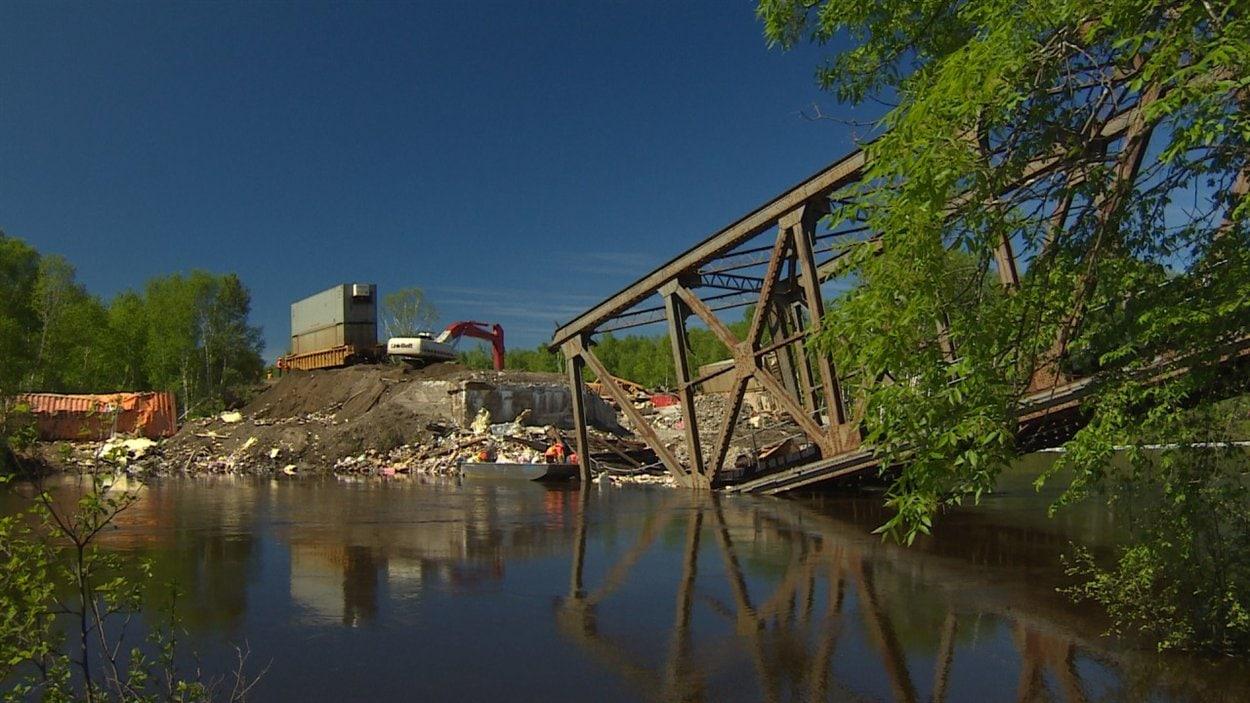 Le nettoyage du site où a déraillé un train du Canadien Pacifique se poursuit.