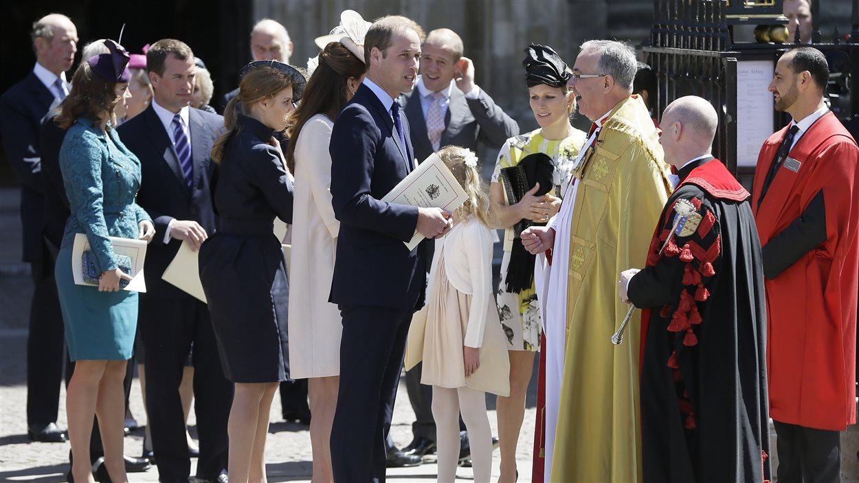 Le prince William discute avec le doyen de l'abbaye de Westminster après la cérémonie.
