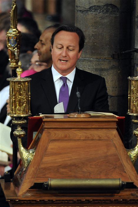 Le premier ministre britannique, David Cameron, lit un passage de la Bible pendant la cérémonie.