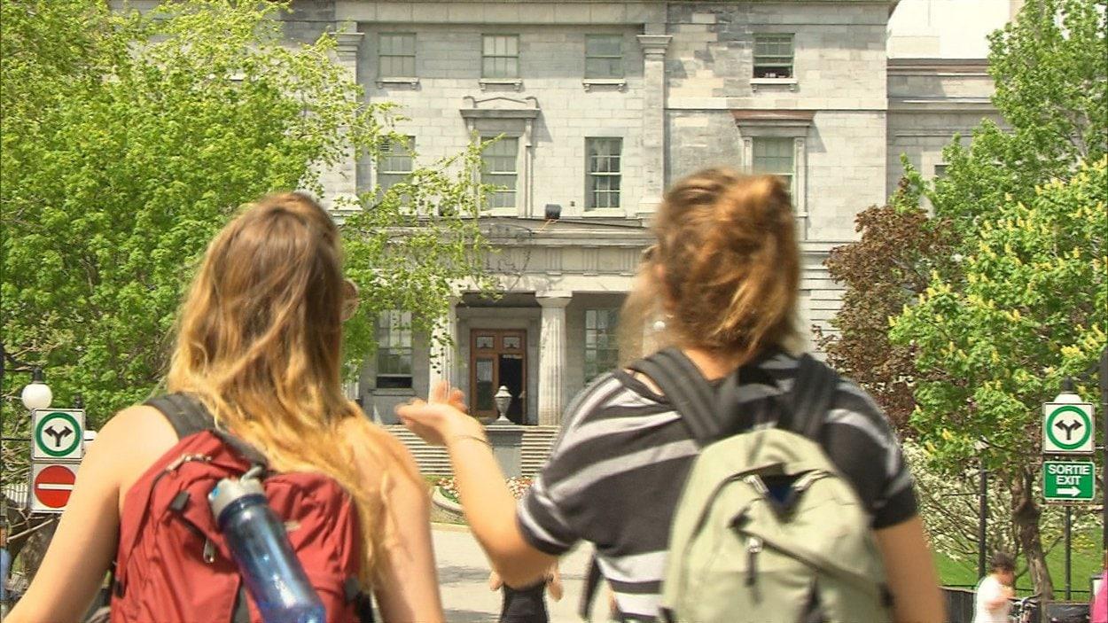 Deux étudiantes sur le campus de l'Université anglophone McGill à Montréal ce printemps.