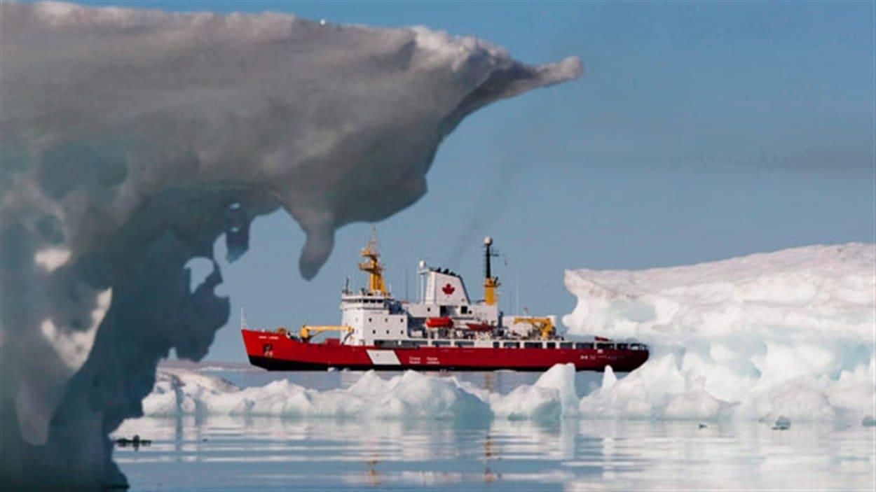 Navire de la Garde côtière du Canada en Arctiqu