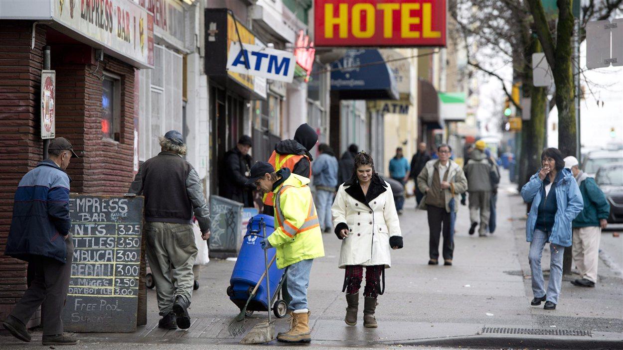 Des piétons dans le quartier Downtown Eastside à Vancouver