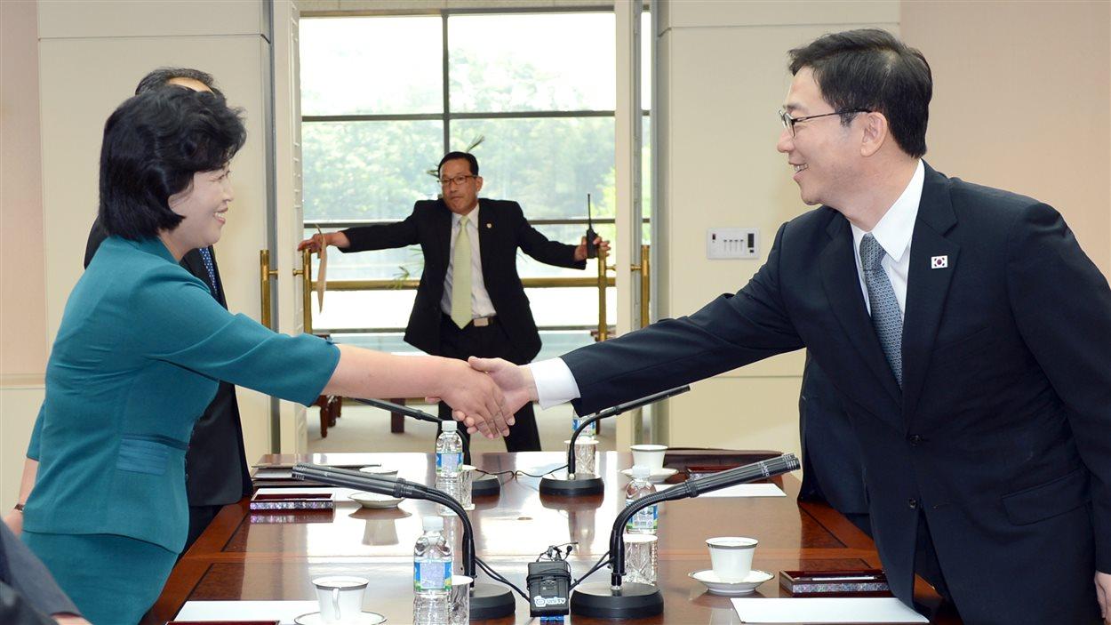 La déléguée en chef de la Corée du Nord, Kim Song-Hye, échange une poignée de main avec son homologue sud-coréen Chun Hae-Sung, au cours d'une réunion à Panmunjon, à la frontière entre les deux pays.
