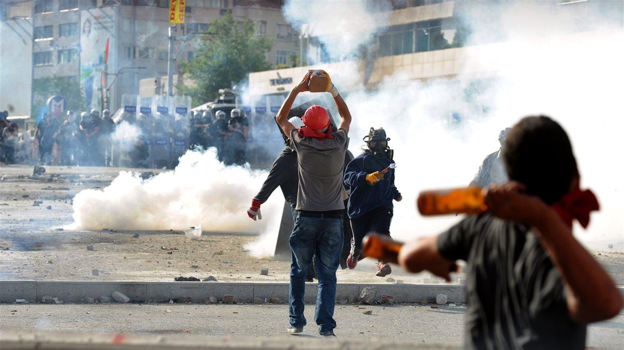Des manifestants affrontent les policiers antiémeutes sur la place Taksim, à Istanbul en Turquie