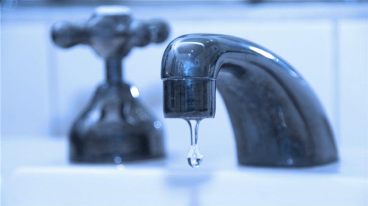 Un robinet coule dans un lavabo