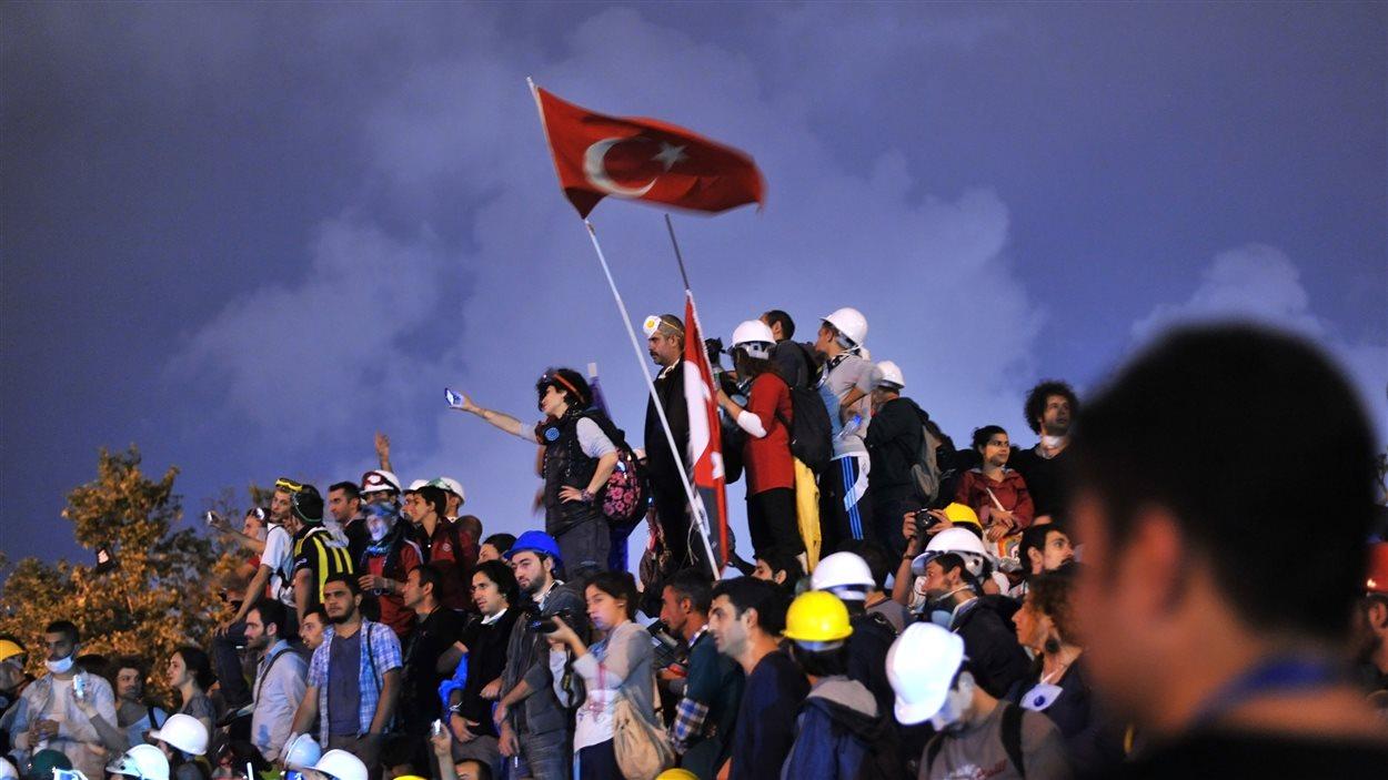 Les manifestants brandissent un drapeau turc dans le parc Gezi, à Istanbul en Turquie
