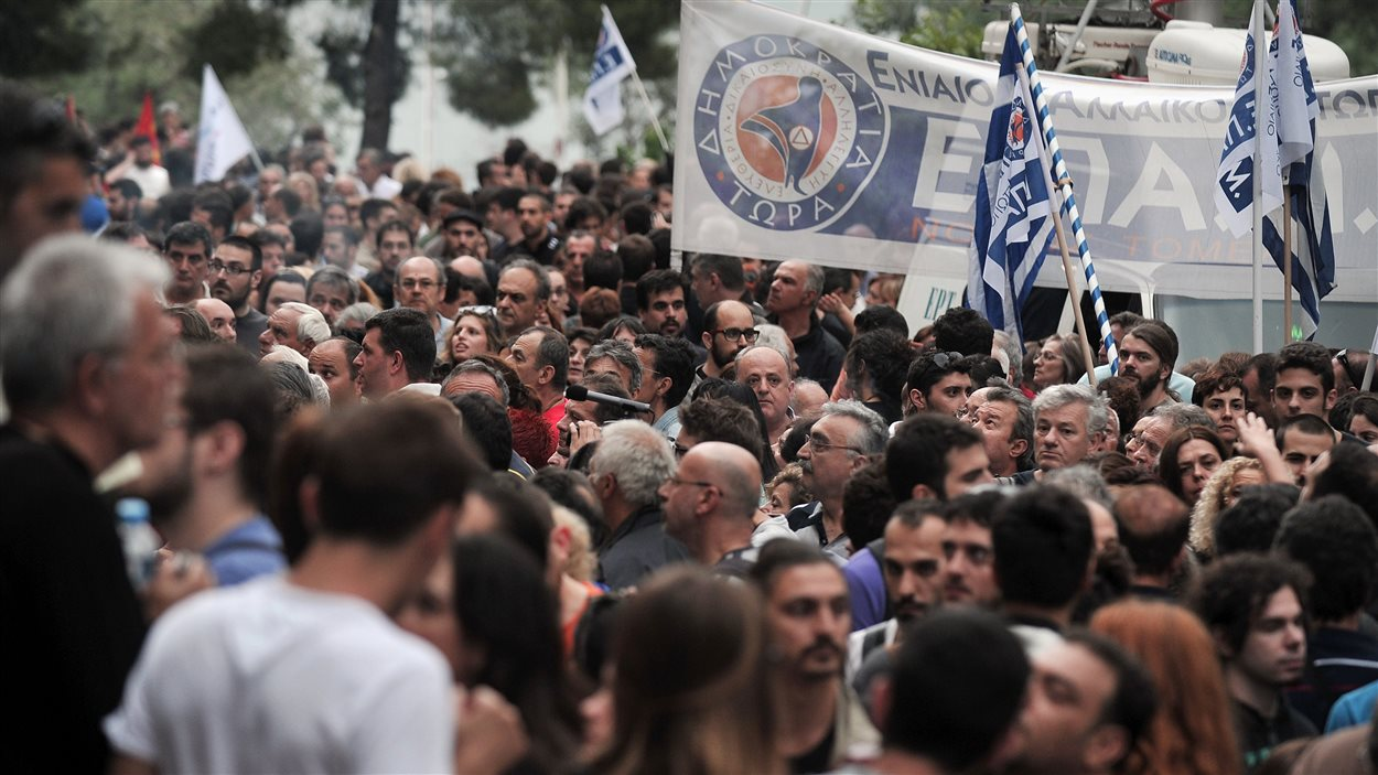 Des Grecs manifestant devant le siège social de la télévision publique, fermée par le gouvernement