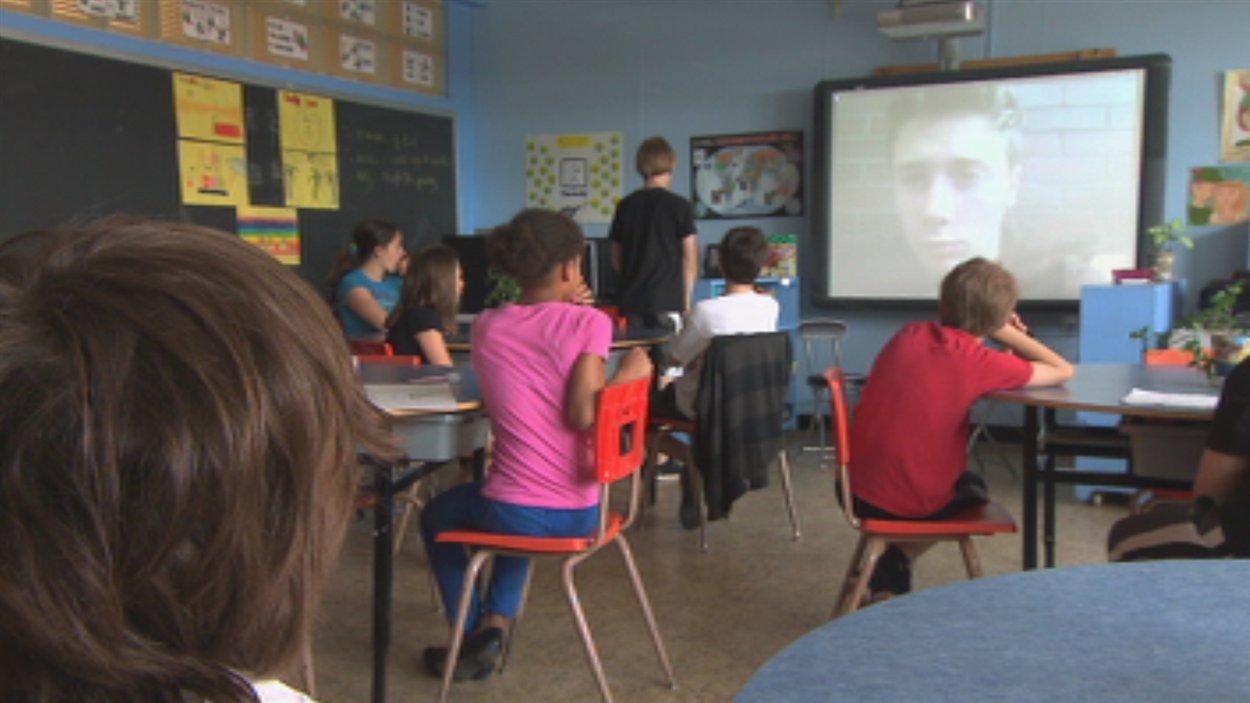 Des jeunes de l'école Sainte-Anne de Sherbrooke échangent avec un athlète de Winnipeg.