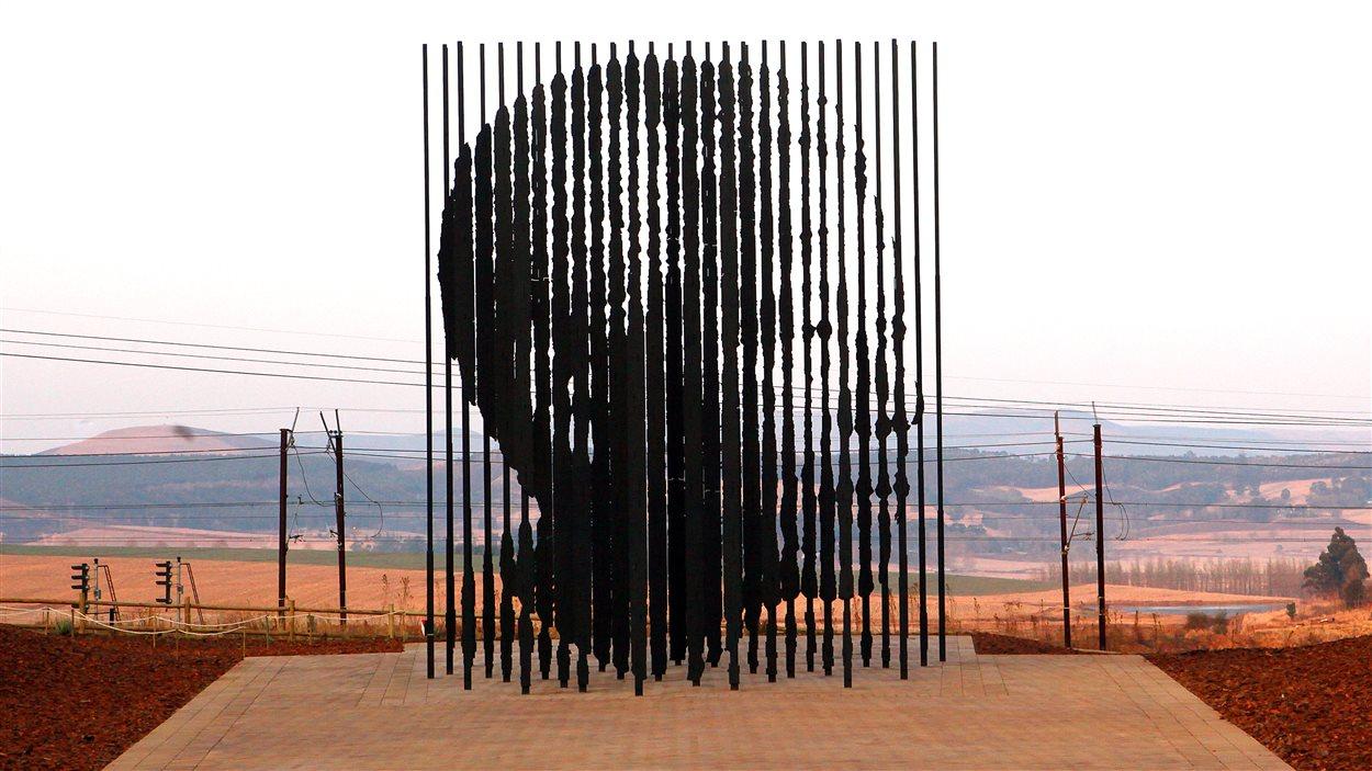 Une sculpture est inaugurée le 4 août 2012 à 50 km près de Durban afin de commémorer les 50 ans marquant la capture de Madiba par la police.
