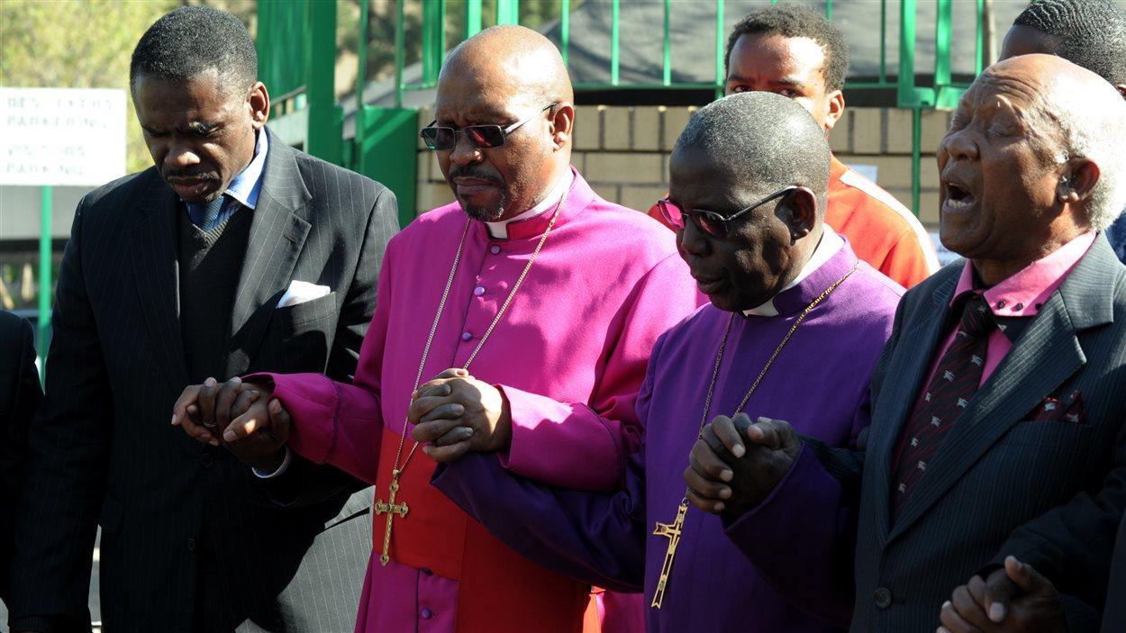 Une douzaine d'évêques de l'Afrique du Sud se sont réunis devant l'hôpital où séjourne Nelson Mandela afin de prier pour l'ancien président.