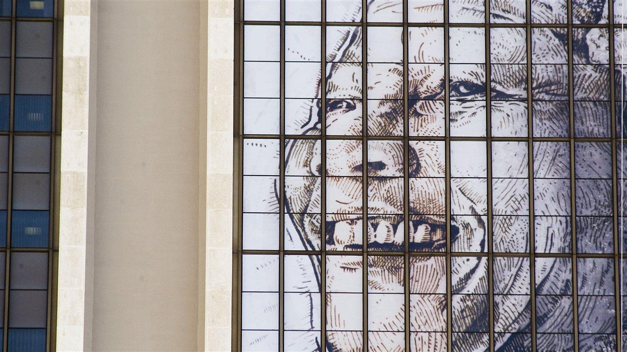 Une bannière à l'effigie de Nelson Mandela a été érigée sur le Civic Centre Building dans la ville du Cap.