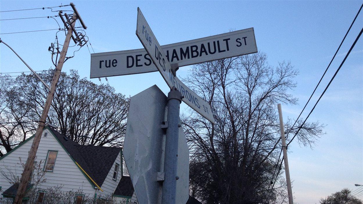 L'intersection des rues Deschambault et Des Meurons dans le quartier Saint-Boniface de Winnipeg, vue le 16 mai 2013.