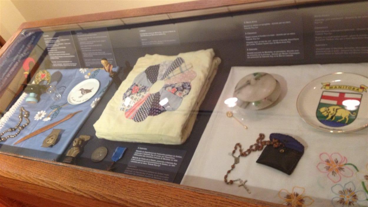 Des objets exposés à la Maison Gabrielle-Roy, dans le quartier francophone Saint-Boniface à Winnipeg, le 7 juin 2013.