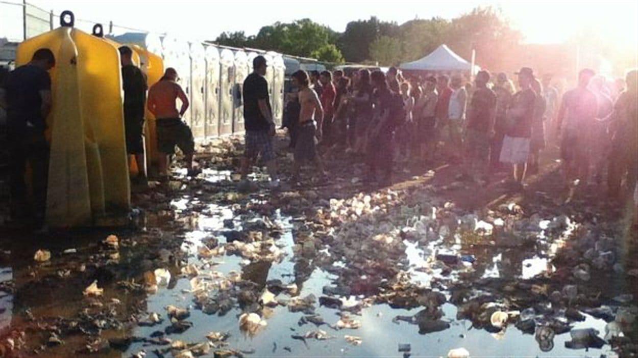 Sur les médias sociaux, des festivaliers ont publié des photos montrant le manque de salubrité de certaines sections du site.