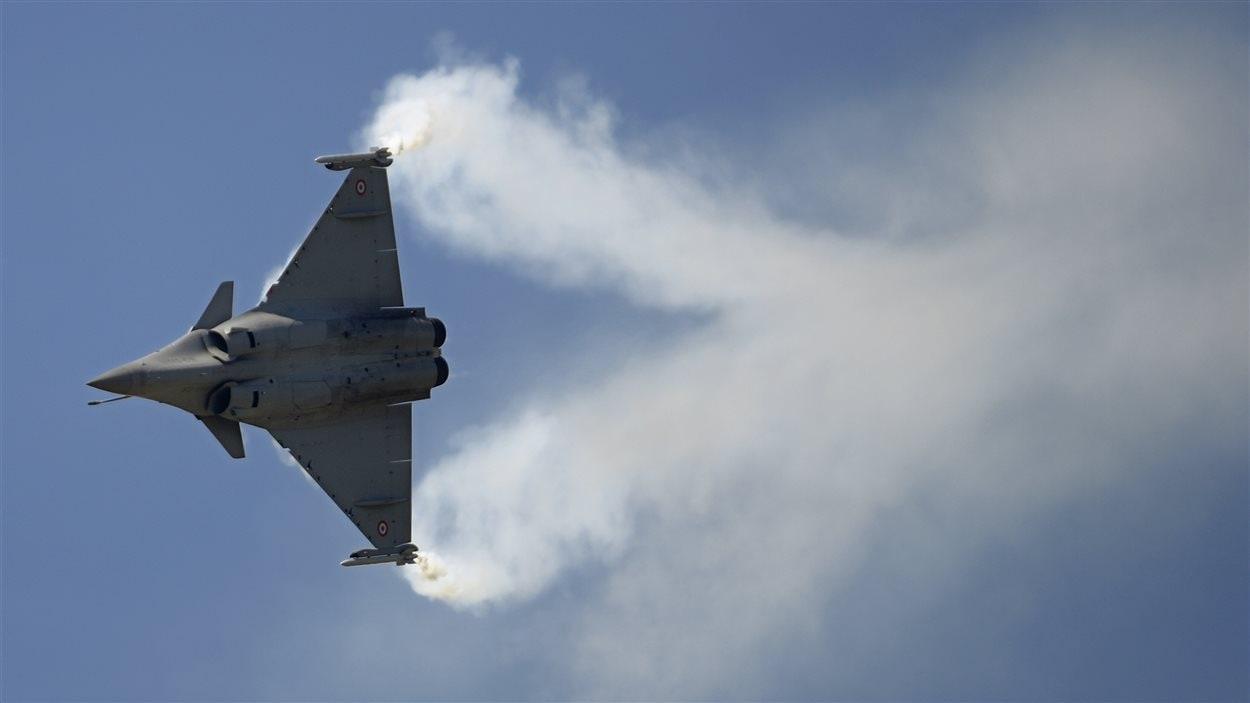 Un avion de chasse Rafale, de l'entreprise française Dassault, vole au-dessus du salon Le Bourget.