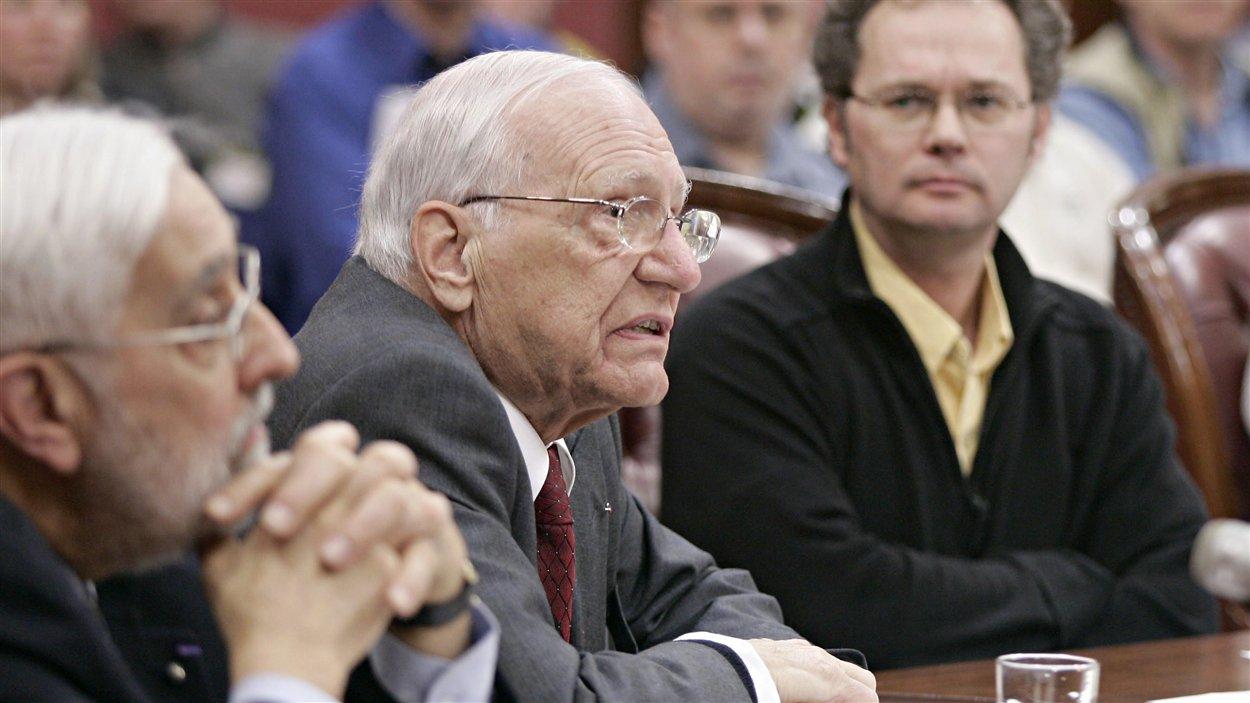 Pierre-F Côté (au centre) devant la commission parlementaire de l'Economie et du Travail, étudiant l'avenir énergétique en 2005.