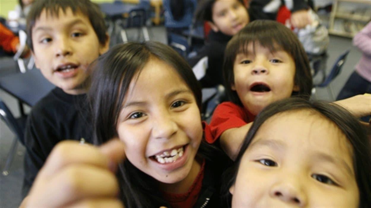 Des enfants de deuxième année de l'École Eenchokay Birchstick dans la réserve de la Première Nation Pikangikum, dans le Nord ontarien, veulent être pris en photo.