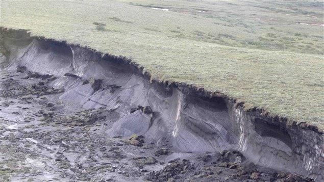 Une colline de pergélisol s'effrondre en raison de réchauffement climatique.