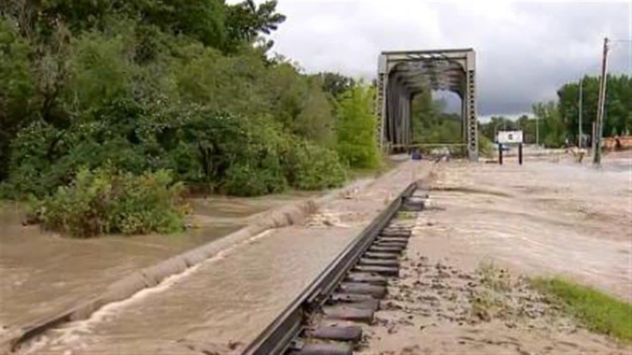 Le chemin de fer a été envahi par les eaux à High River jeudi.