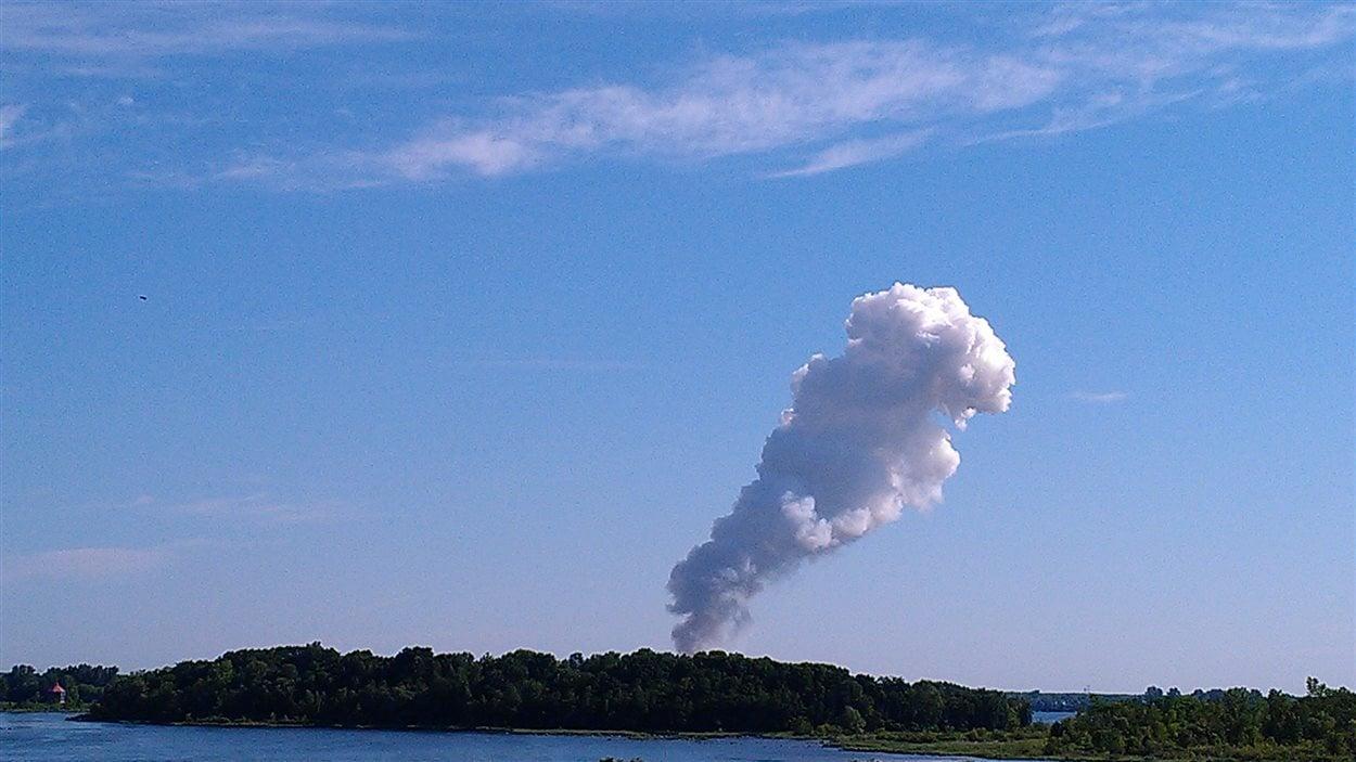 Colone de fumée blanche dans le ciel.