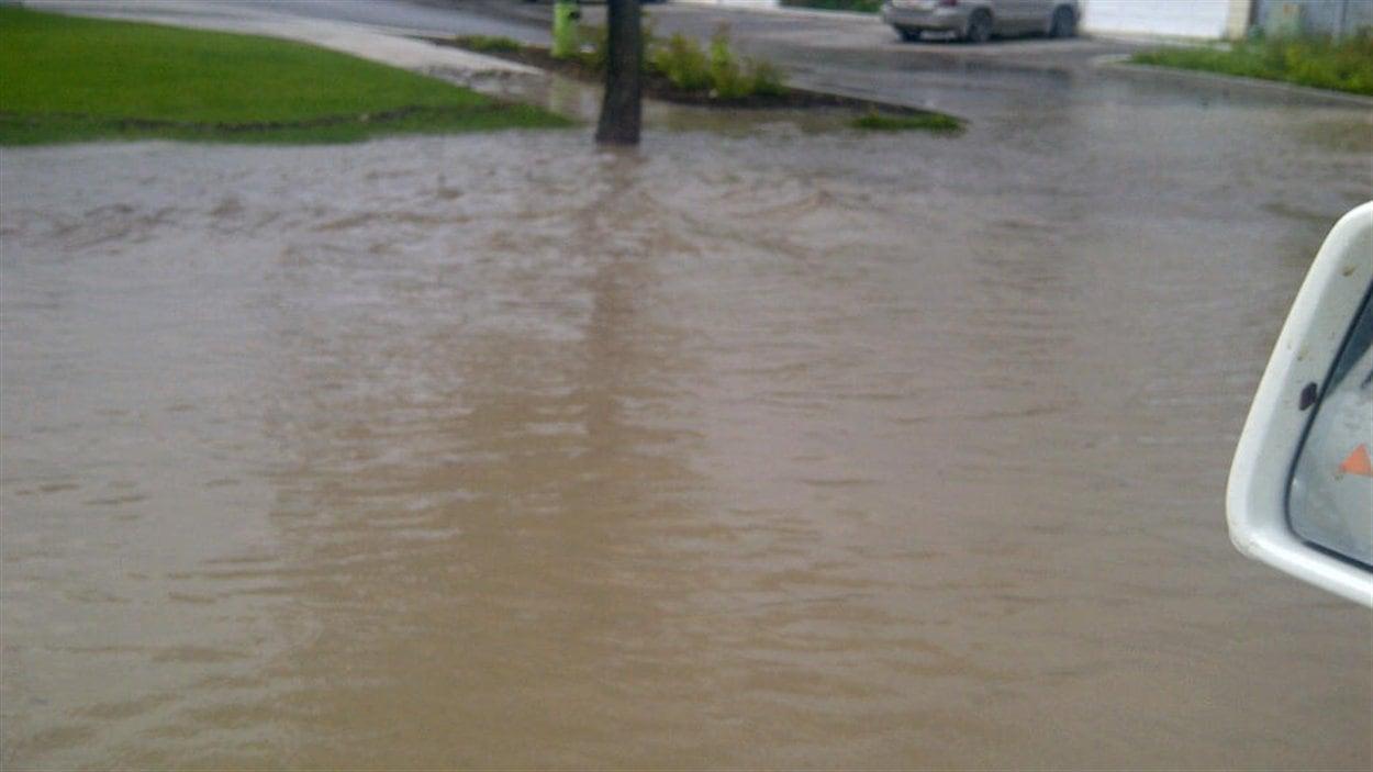 La forte pluie a provoqué des inondations à High River.