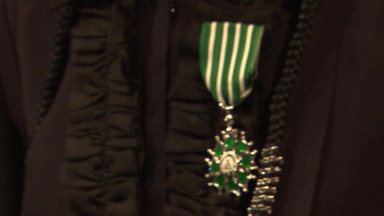 L'insigne de Chevalière de l'ordre des Arts et des Lettres