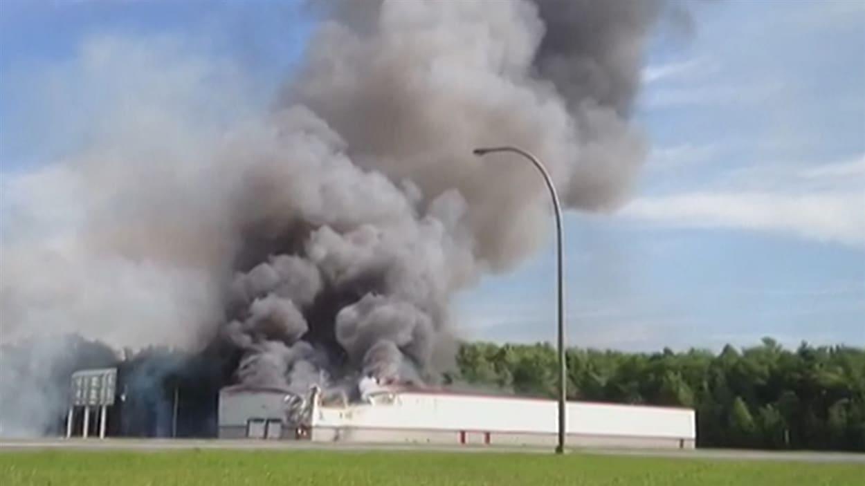 L'un des bâtiments en flammes.