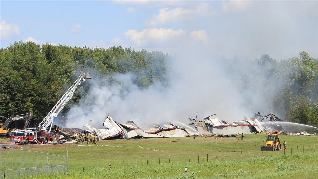 Les pompiers achèvent d'éteindre le brasier, à Coteau-du-Lac