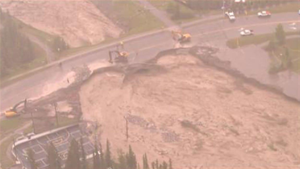 Le fort courant de l'eau a ravagé la route à Canmore, jeudi.