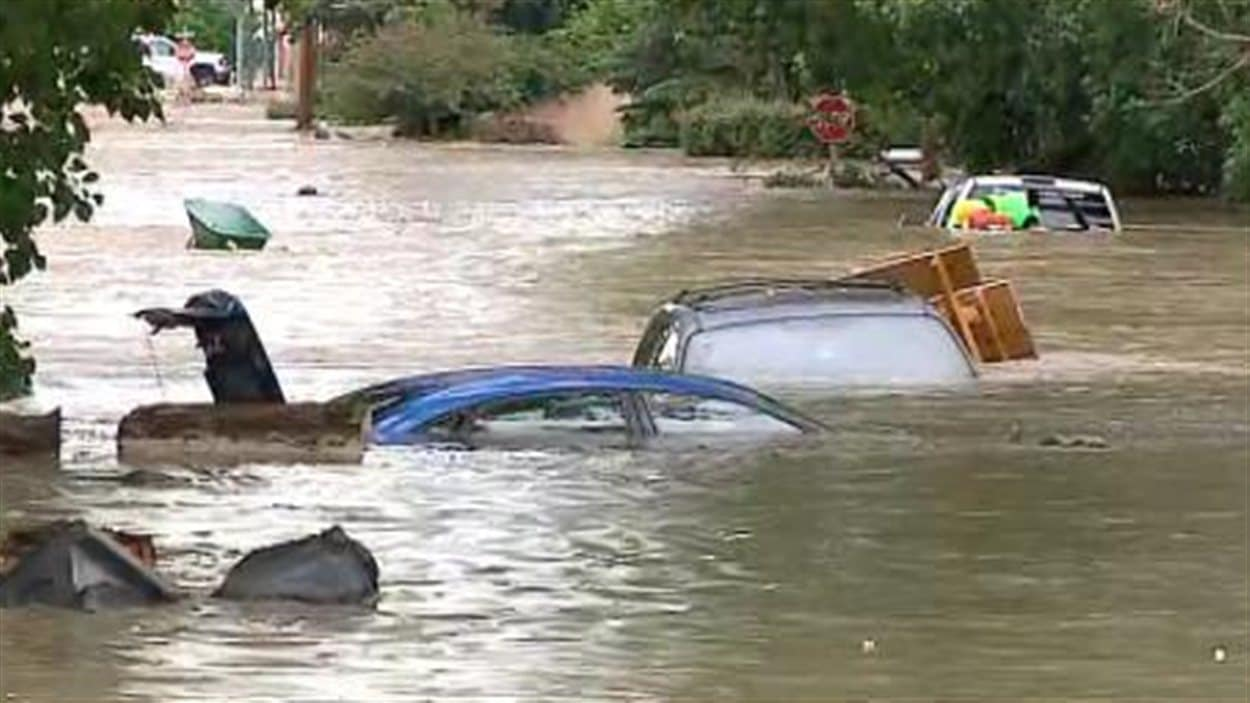 Plusieurs voitures ont été rapidement submergées à High River, jeudi.