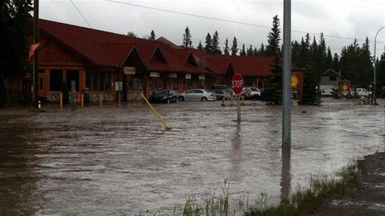 Des véhicules sont pris au piège en raison de l'inondation à Bragg Creek en Alberta.