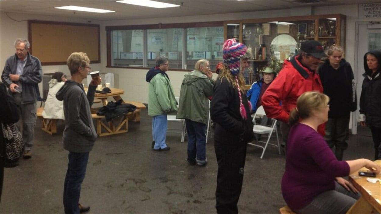 Un centre pour les évacués a été mis sur pied jeudi à Black Diamond, en Alberta, en raison des inondations.