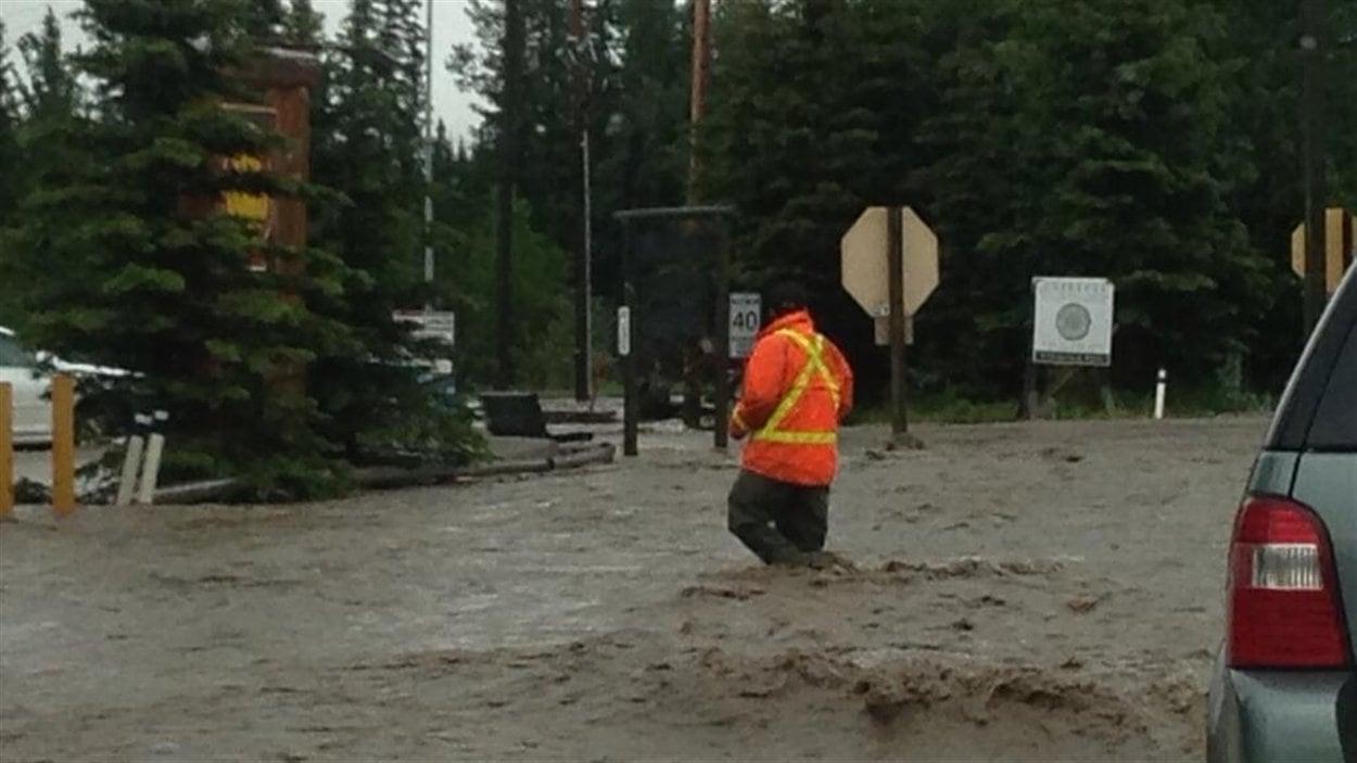 Les routes sont inondées à Bragg Creek en Alberta.