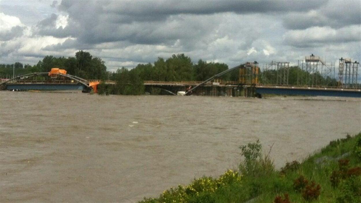 Le niveau de la rivière Bow est monté à la hauteur du chantier du pont de St. Patrick's Island.