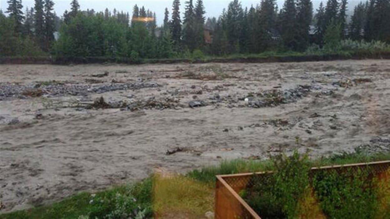 La rivière Cougar, gonflée par la pluie abondante, se déchaîne le 20 juin 2013 à Canmore, en Alberta.