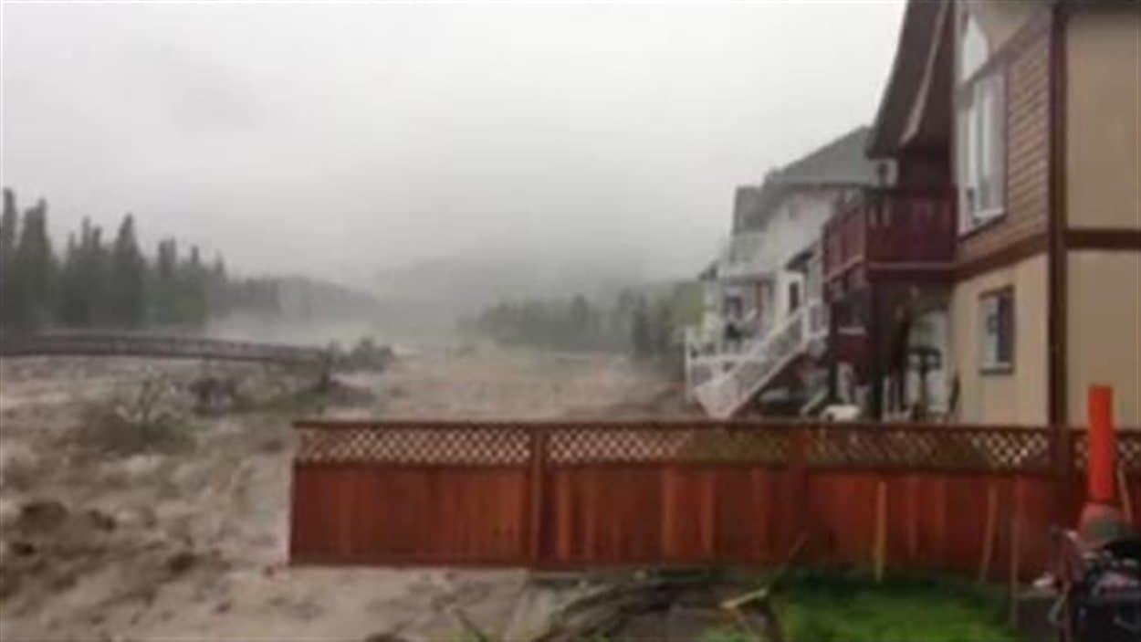 Inondations dans le Sud-Ouest albertain : le ruisseau Cougar était 10 fois plus large que la normale à Canmore.
