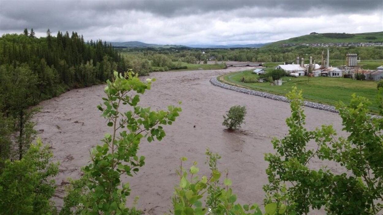 L'eau monte à Black Diamond, en Alberta, le 20 juin 2013.