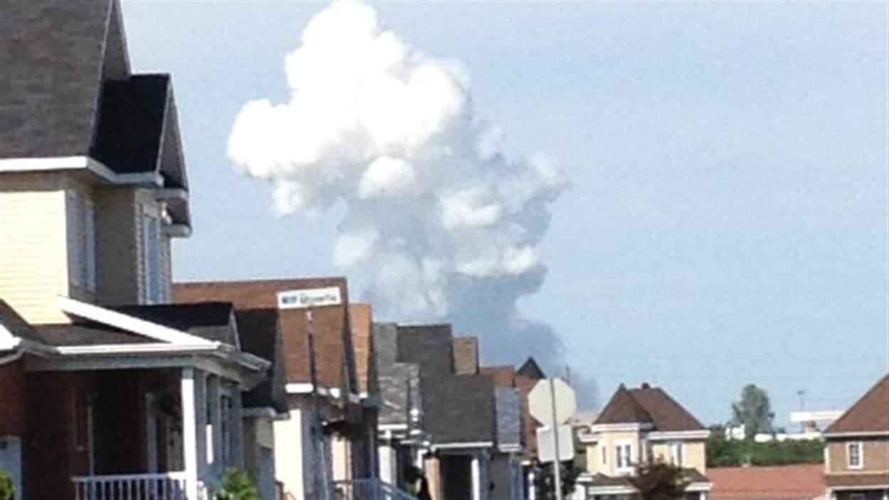 Une large colonne de fumée s'élève dans le ciel de Coteau-du-Lac.