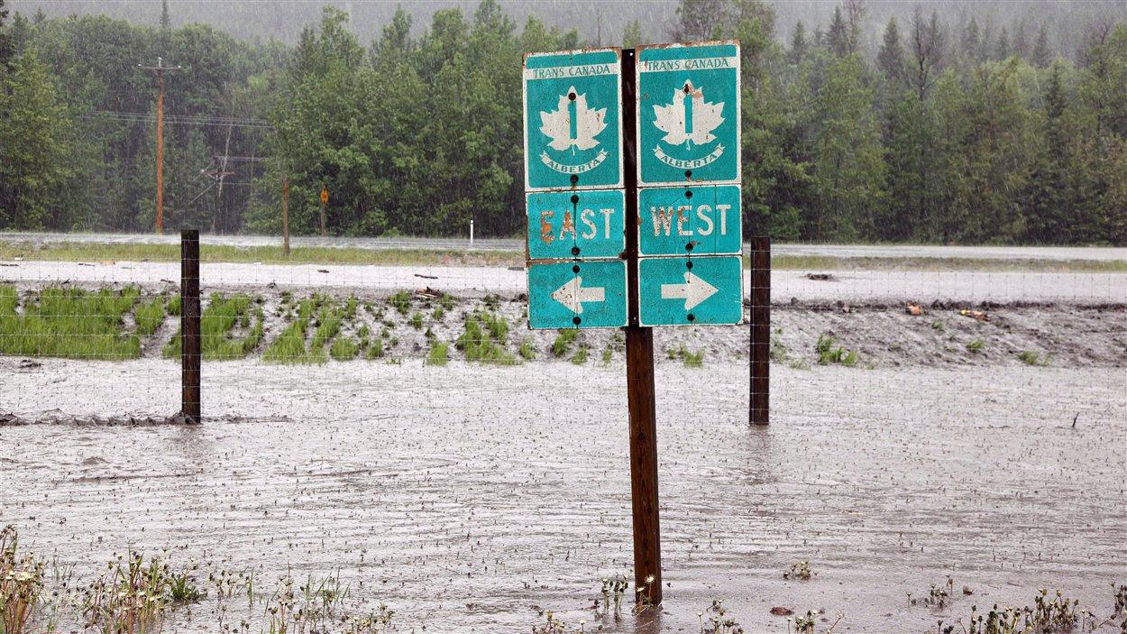 L'autoroute Transcanadienne est fermée près de Canmore, Alberta. De fortes pluies sont à l'origine des inondations, des routes sont fermées et de nombreux résidents du Sud albertain ont dû évacuer leurs demeures.