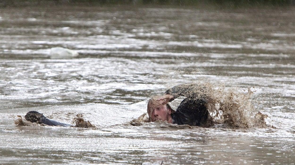 Kevan Yaets nage à la rescousse de son chat Momo, après que son camion eut été submergé par la rivière Highwood.
