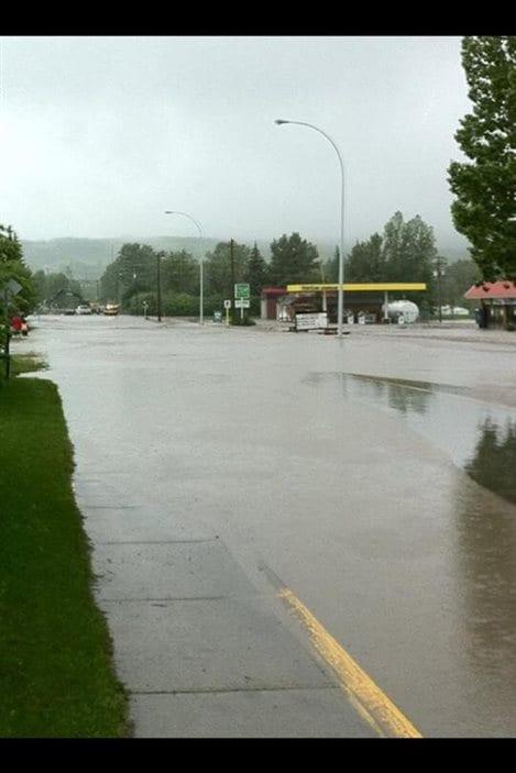L'eau envahit les routes à Black Diamond, en Alberta, le 20 juin 2013.