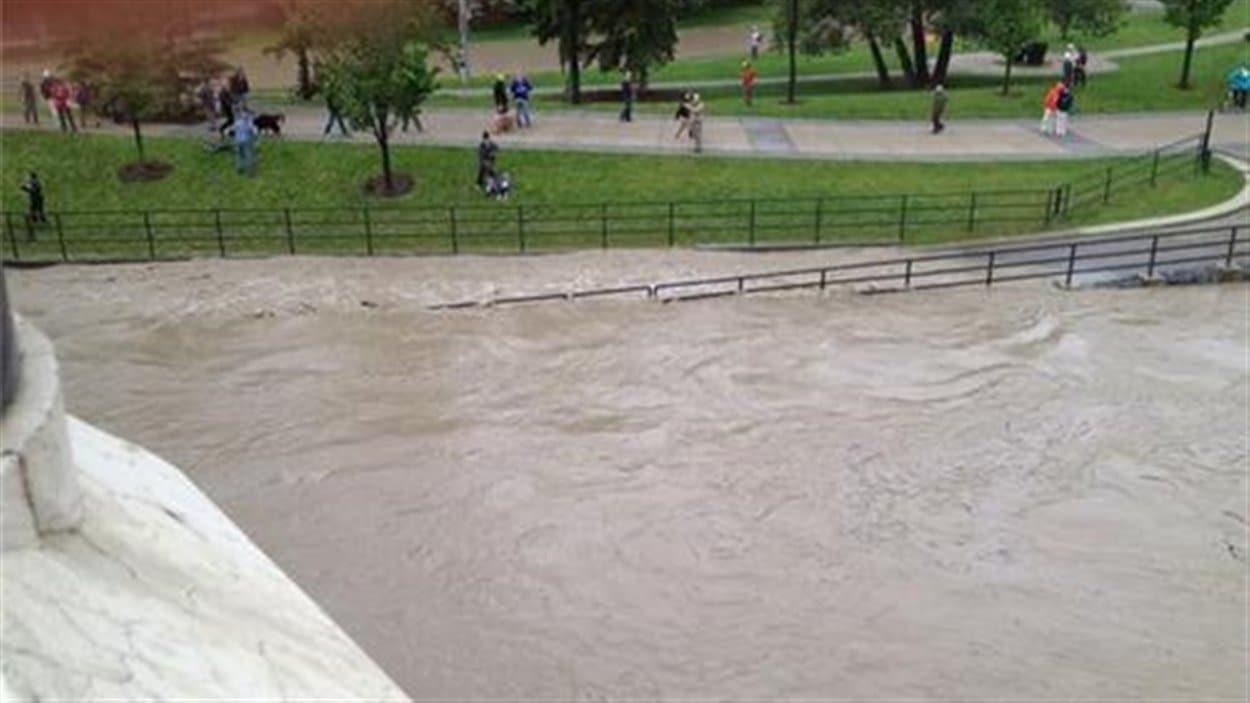 L'eau inonde complètement une piste cyclable de Calgary, vendredi